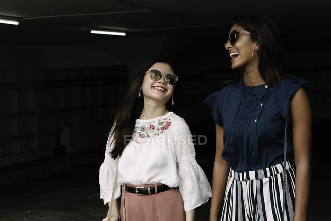 Giovani ragazze asiatiche casual che camminano insieme — Foto stock