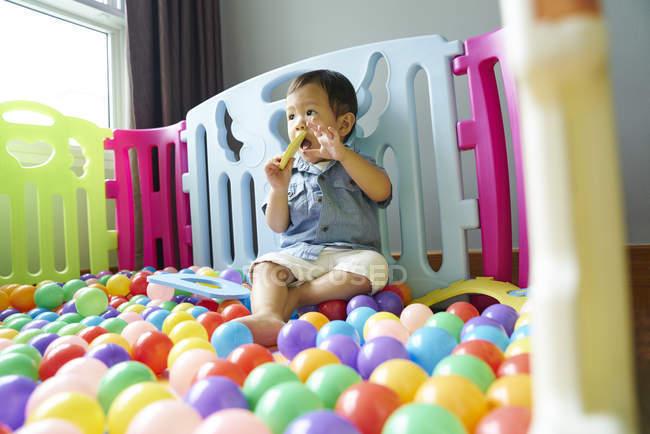 Bebê se divertindo vagando em uma caneta de brincar — Fotografia de Stock