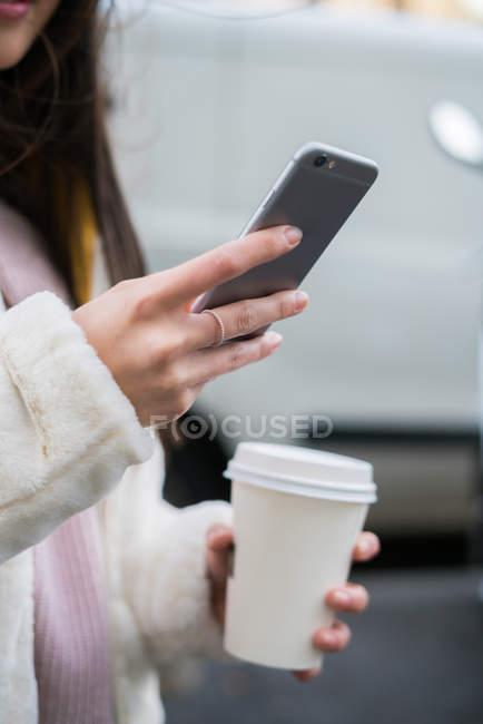 Молодая китаянка по мобильному телефону — стоковое фото