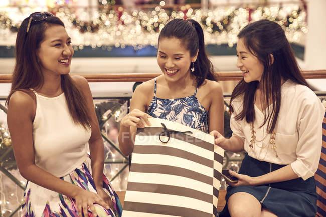 Jeune attrayant asiatique femmes à noël shopping — Photo de stock
