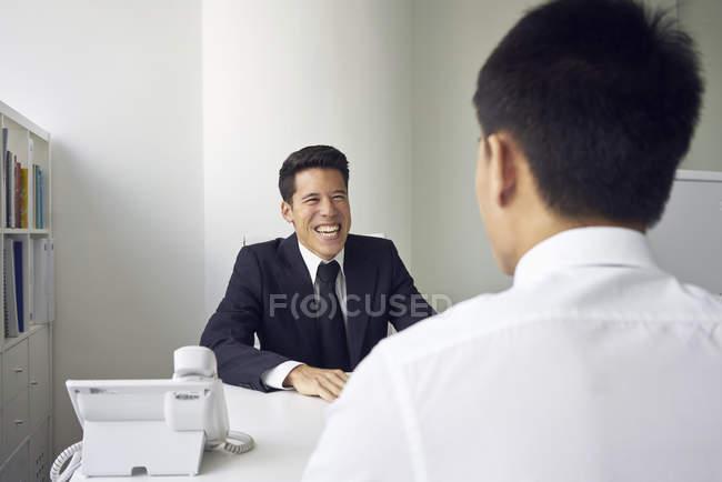 Bello asiatico uomini d'affari parlando a lavoro — Foto stock