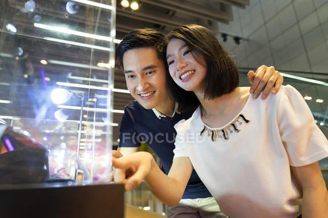 Молодий привабливою пару разом в магазинах — стокове фото