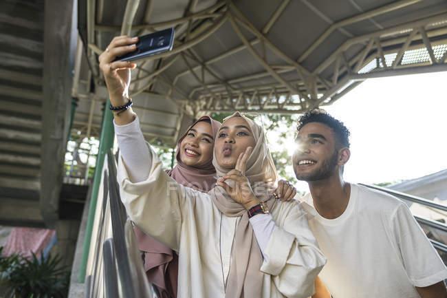 Група щасливі мусульманських друзів, прийняття selfie смартфон — стокове фото