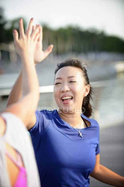 Due donne che danno il cinque durante l'allenamento — Foto stock