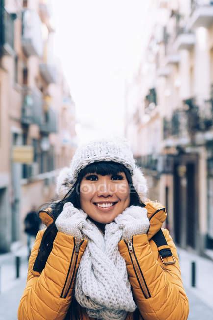 Donna asiatica turistiche in strada europea. Concetto di turismo. — Foto stock