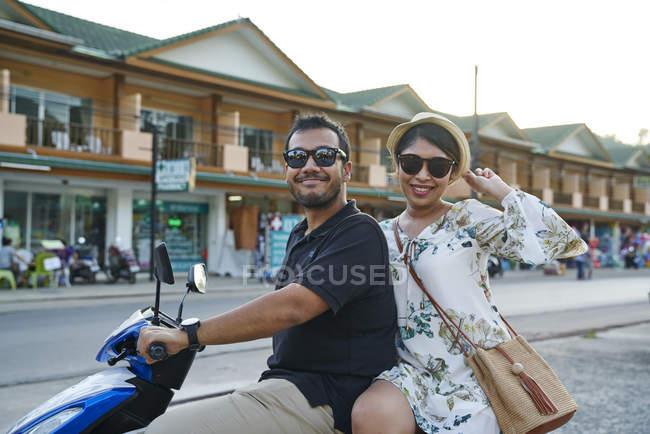 Молодая пара, бродят по улицам Ко Чанг, Таиланд с велосипеда — стоковое фото