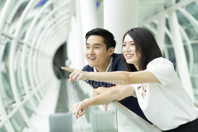 Молода пара азіатських, вказуючи на те — стокове фото
