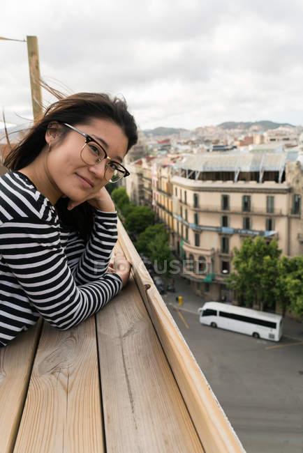 Молодая китаянка смотрит на город — стоковое фото