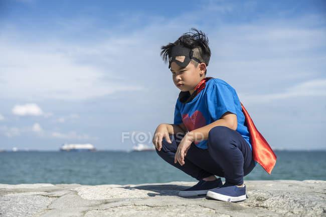 Портрет супергероя, сидящего на корточках . — стоковое фото