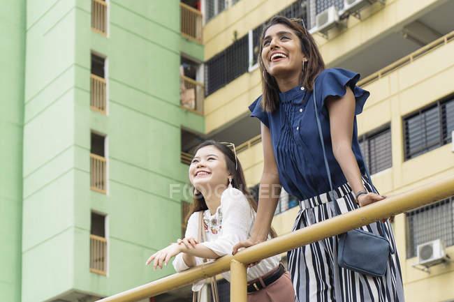 Молодые случайные азиатские девушки, стоящие на балконе — стоковое фото