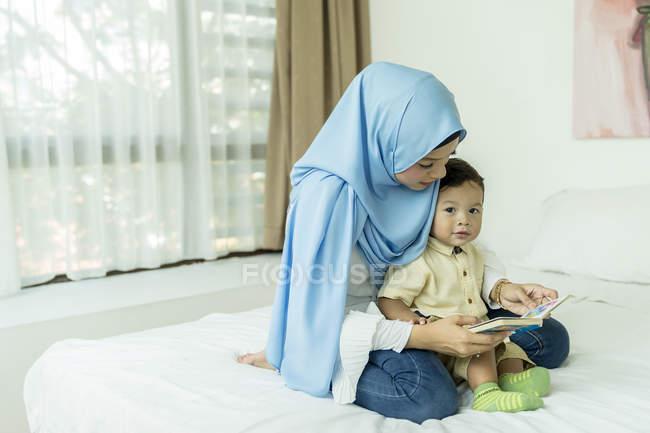 Мать и ребенок в комнате interiror — стоковое фото
