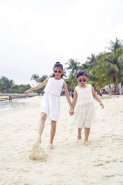 Дві сестри проводити час разом на пляжі — стокове фото