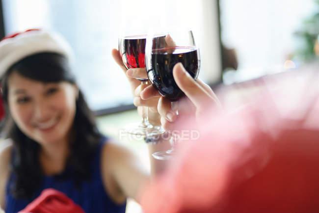 Asiático família celebrando Natal feriado, esposa e marido torcendo vinho — Fotografia de Stock