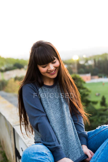 Young eurasian woman posing to camera in Barcelona — Stock Photo