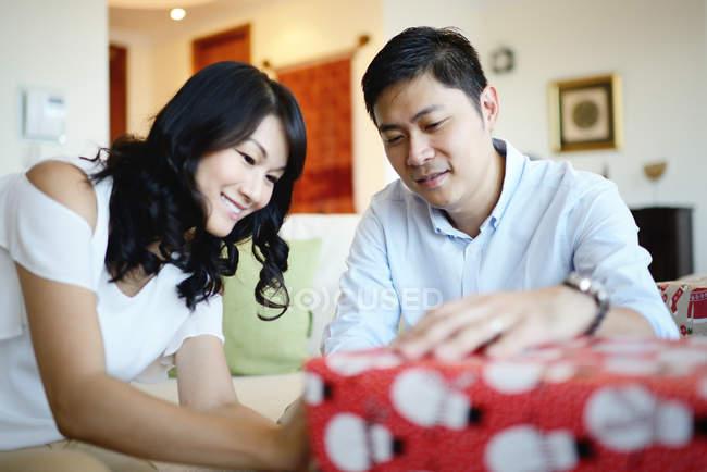 Famiglia asiatica felice a Natale vacanze, uomo e donna che sposta presenta — Foto stock