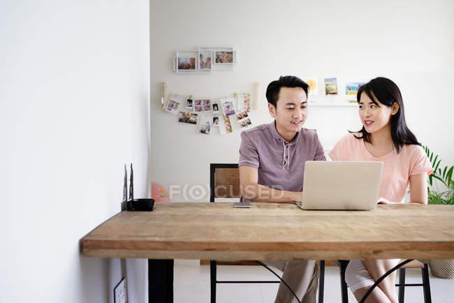 Reife asiatische lässig Paar mit Laptop zu Hause — Stockfoto