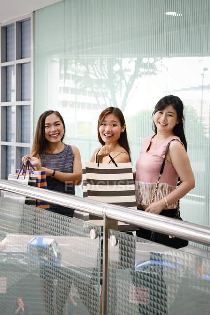 Linda mujer asiática con bolsas - foto de stock