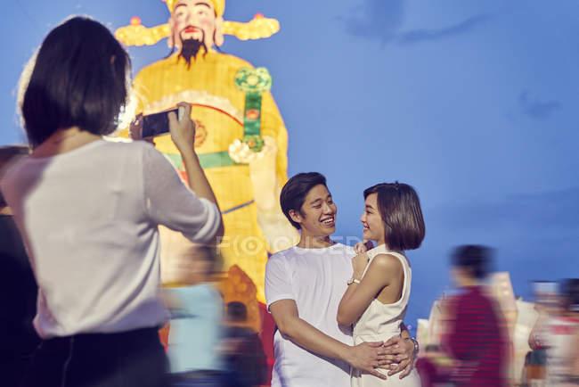 Молодые азиатские друзья веселились в китайский Новый год праздник и принимая Фото — стоковое фото