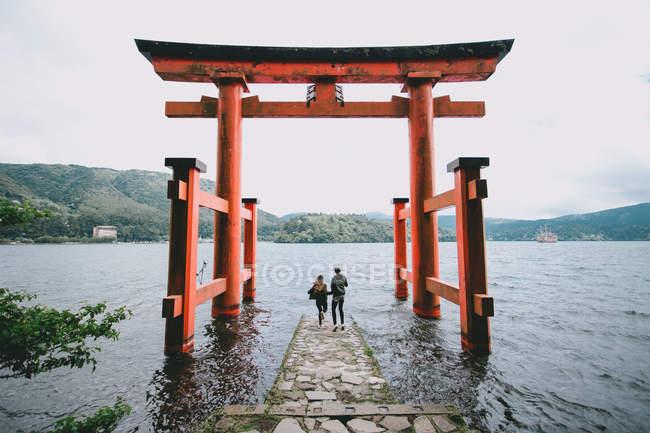 Vue arrière d'un jeune couple hipster au Sanctuaire Itsukushima, Japon — Photo de stock