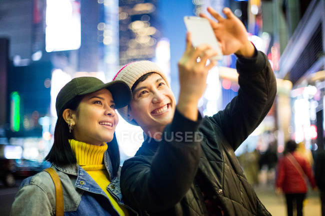 Touriste asiatique prendre un selfie dans Time Square — Photo de stock