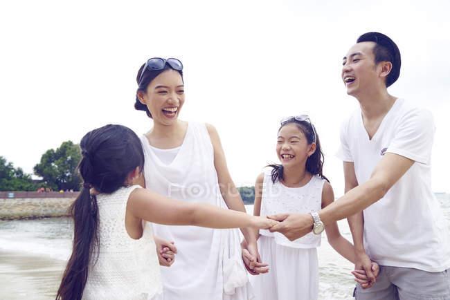 Feliz asiático família passar tempo juntos na praia — Fotografia de Stock