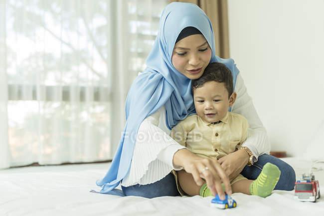 Мама играет со своим ребенком . — стоковое фото