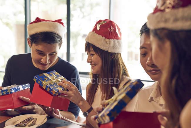 Empresa de jóvenes amigos asiáticos juntos celebrando la Navidad - foto de stock