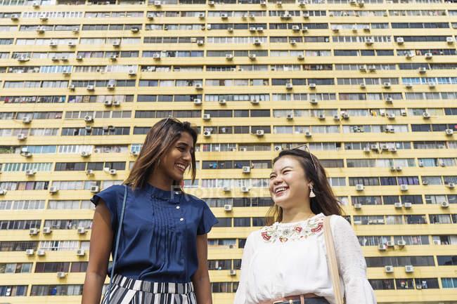 Случайные азиатские девушки позирует на камеру — стоковое фото