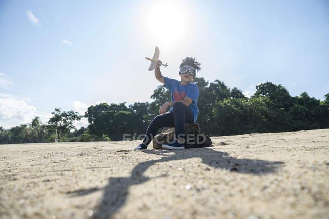 Супергерой, играющий с игрушечным самолетом — стоковое фото
