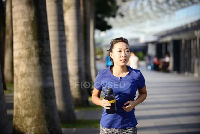 Спортивний азіатських брюнетки працює на парк — стокове фото