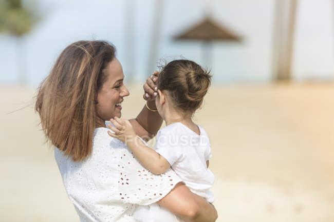 Família caucasiana feliz na praia, mãe filha abraços — Fotografia de Stock