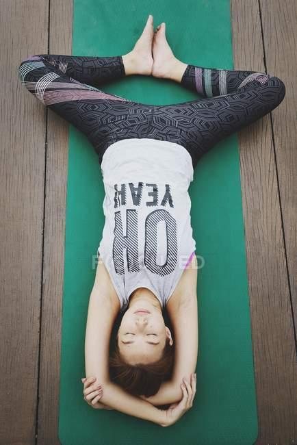 Giovane donna asiatica sportiva fare yoga — Foto stock