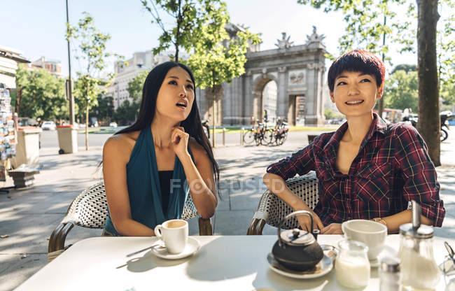Donne asiatiche che prendono il caffè in un caffè — Foto stock