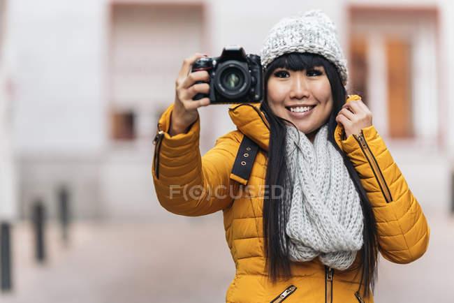 Donna asiatica turistica utilizzando la macchina fotografica in strada europea. Concetto di turismo. — Foto stock
