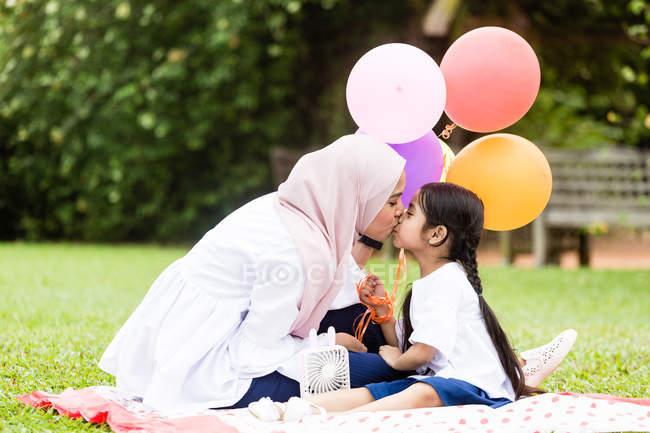 Матери и ребенка в парке — стоковое фото