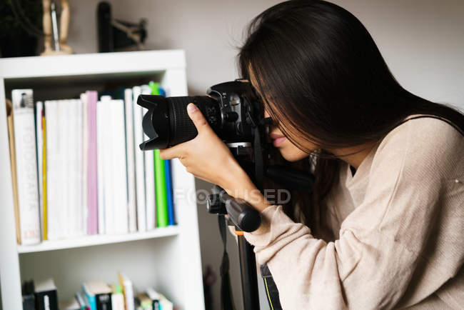 Donna cinese che scatta foto con macchina fotografica al chiuso, primo piano — Foto stock