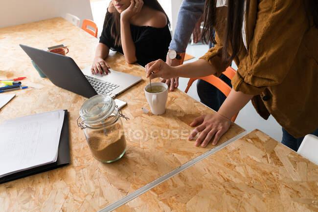 Gruppo di giovani imprenditori cinesi che hanno una discussione — Foto stock