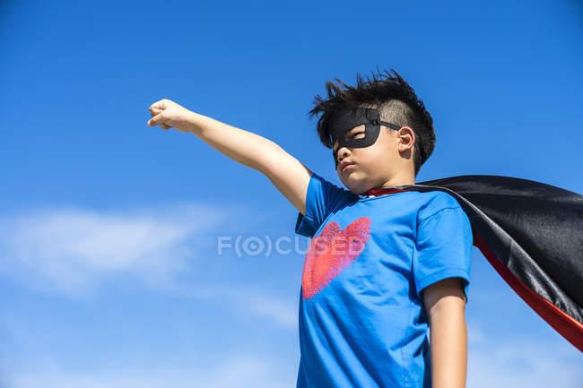 Superhéros enfant sur fond de ciel bleu . — Photo de stock