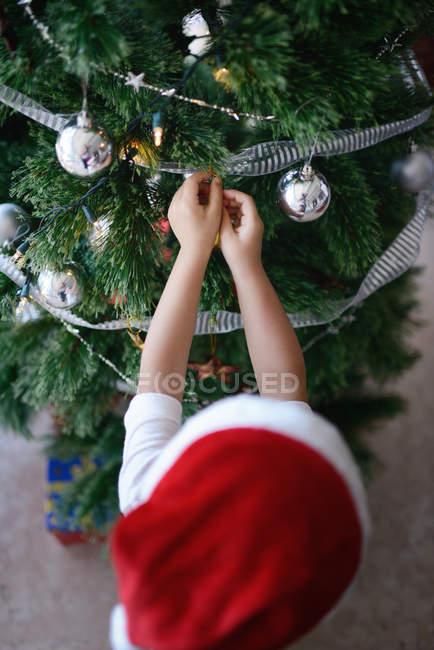 Famiglia asiatica che celebra le vacanze di Natale, ragazzo decorazione abete — Foto stock