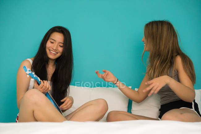Китайська жінка зі своєю подругою, весело — стокове фото