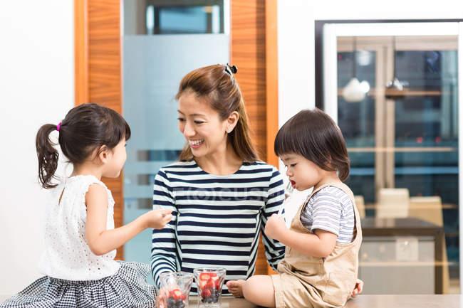 Frau genießen eine gesunde Jause mit Kindern. — Stockfoto