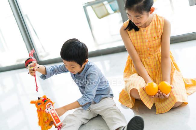 Азіатський брат і сестра, граючи з іграшками — стокове фото