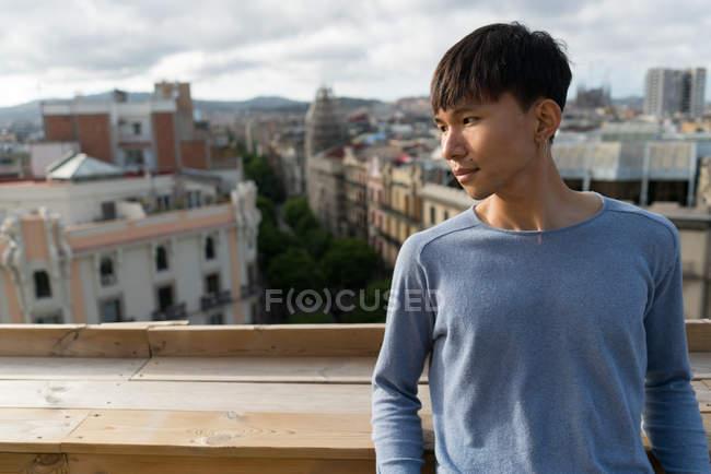 Молодий китайський людина дивиться в сторону від камери — стокове фото