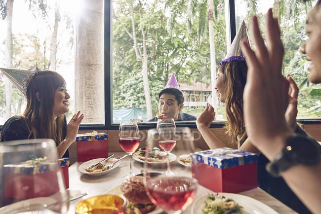 Gesellschaft von jungen asiatischen Freunden gemeinsam Weihnachten zu feiern — Stockfoto