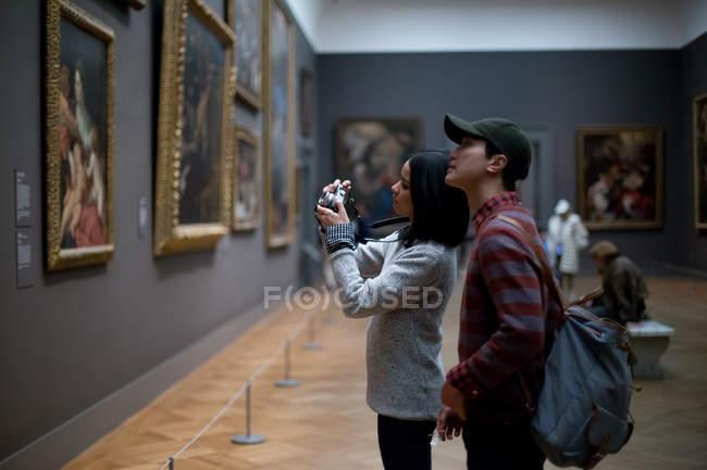 Turista asiático no Museu Metropolitano de Arte, Nova Iorque — Fotografia de Stock