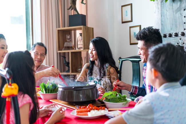 Glücklich asiatischen Familie zusammen Essen zu Hause — Stockfoto