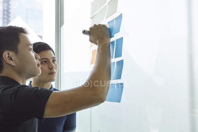 Молодые азиатские бизнесмены, совместной работы в офисе — стоковое фото