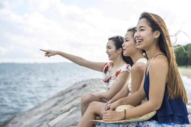 Tres señoritas relajándose en la playa . - foto de stock