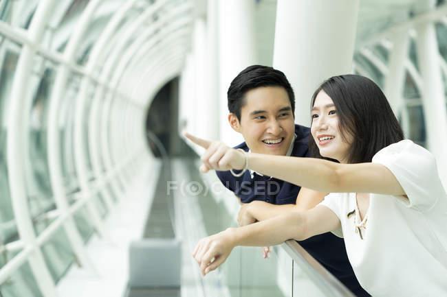 Молодий привабливою пару разом, вказуючи на те — стокове фото