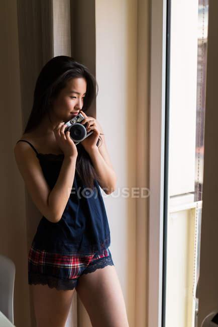 Китайская молодая женщина позирует со старинной камерой — стоковое фото